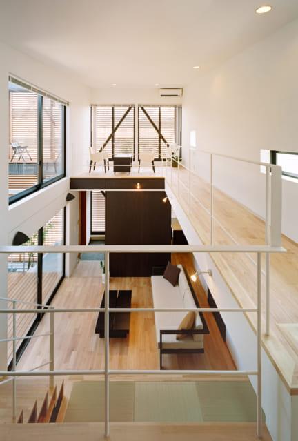 リビングは吹き抜けで、2階のダイニングキッチンと一体となった空間に。ホームシアターは2階から観ることもできる