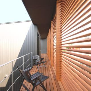 ルーバー前の2階テラス。何度も自問自答した末に設けたスペースだが、気持ちの良い風が抜け、夏の夕涼みに最適な場所に
