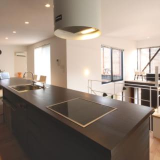 一枚板のダイニングキッチンは笹野さんのこだわり。キッチンとダイニングで床の高さが違う。右奥はオープンスペース