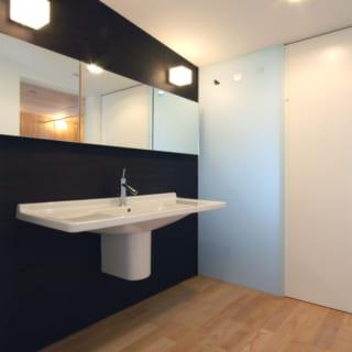 洗面・トイレ。背面が収納になっているほか、三面鏡も奥行き約15㎝の収納鏡に。ドライヤーのコンセントも鏡の中にある