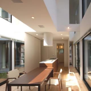 笹野さん家族の風呂は2階。ハーフユニットを使い、壁と天井には香りの良いヒノキ材を使用している。暖房乾燥機も完備