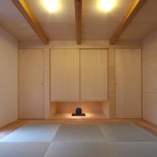 母親の住まいに設けられた8畳の和室。姉夫婦が泊まりに来た際のゲストルームに。中庭に面しているため北側だが明るい
