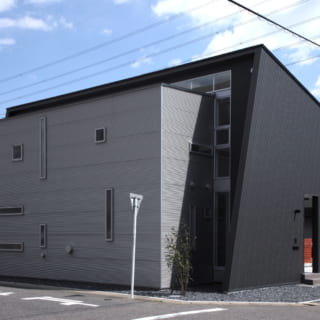 北側より見ると黒い大屋根とシルバーのボックスを組み合わせていることがよくわかる。たくさんの窓が光と風を取り込む