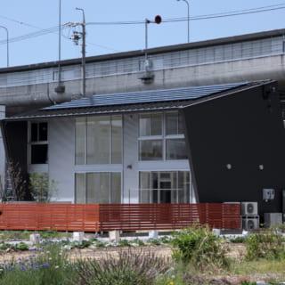 大屋根は南に14度傾き、太陽光パネルが設置されている。屋根が庇となり、横壁も張り出すことで西日もカットしている