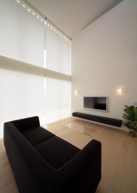 ダブルスキン効果を生み出す特注のロールスクリーン。等間隔でスクリーン上部に、2列の四角形の穴が開けられている