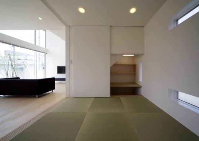 和室に設けられた奥さまの在宅ワークスペース。引き戸を使ってワークスペースや和室をサッと隠すこともできて便利だ