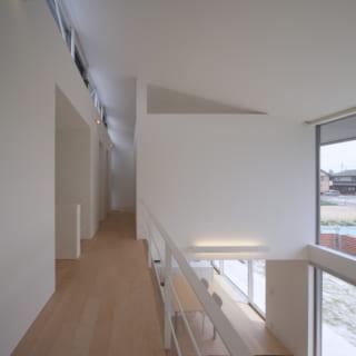 階段を上がった2階廊下。この先に子ども部屋と納戸がある。ハイサイドライト部分はスチールのトラス梁で強度を確保