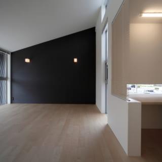 主寝室も大きな窓とハイサイドライトで非常に明るい。入って右手に書斎スペースとウォークインクローゼットがある