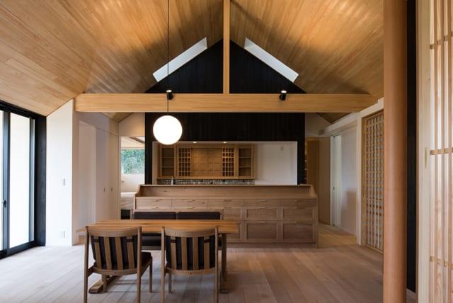 システムキッチンっぽく見えないように、オーダーメイドの家具でキッチンを隠している。天井には2カ所のトップライト