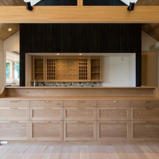 キッチンはフルオーダーの家具で覆い、多くの引出し収納を設けた。また、収納棚やタイル壁で装飾的な造りとしている