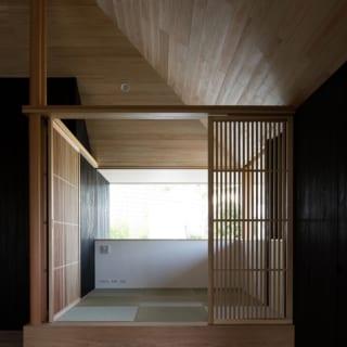 リビングの小上がり。和の雰囲気になりすぎないよう縁なし畳を使用。空間はつながっているが、建具で仕切ることもできる
