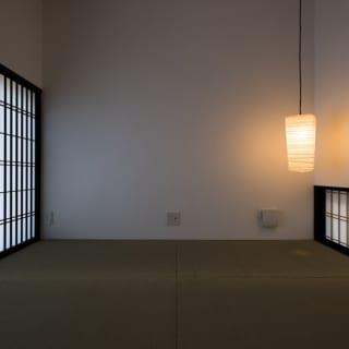 高さ約50㎝の地窓を設け、ペンダントライトをかなり低い位置へ下ろしてくることで、和室は座って過ごしたくなる空間に