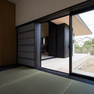 和室は高さ1.4mの吐き出し窓からデッキへ出ることができる。デッキには耐久性が高いセランガンバツ材を使用