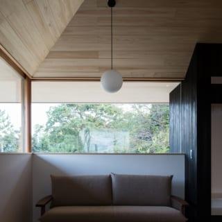 リビング東角の腰壁とフィックス窓。テレビの前だけでなく、外の景色を楽しみながらくつろげる居場所も窪江さんは提案
