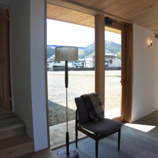 北棟と東棟を繋ぐホールには、デンマーク製のアンティーク・チェアが置かれ、見事に空間にフィットしている