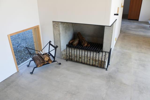 北棟のダイニングには暖炉を造作。暖炉の火を燃やすには通気が必要で、建物の気密性は不要と全体を木製建具で施工