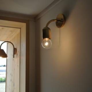 照明器具は真鍮もしくは銅製の手作りのものに。陶器や金属、木、土など経年変化で味わい深さが増す素材を多用