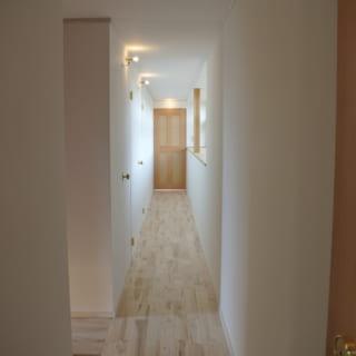 白い塗装を施した内壁は、下地処理から塗りまでをY様自身が行った