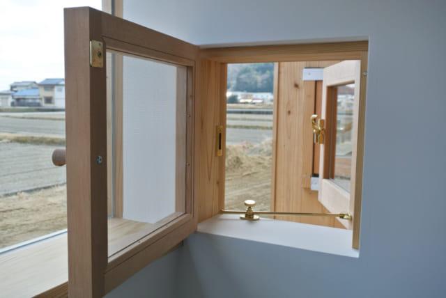隣り合ったY様と奥様の各個室には木枠の小窓を設置。ここから顔をのぞかせて会話することもできる