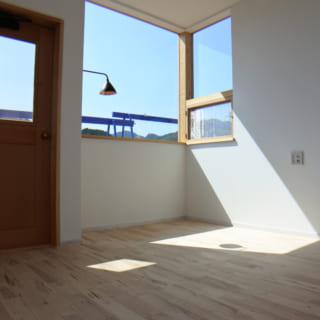 建物の南側に作られたリビングのドアは、窓部分のみを開けることが可能。はめころし窓を多用しつつも通風性に配慮