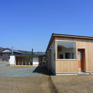 外観南面。外壁は杉板張りとモルタル塗りで、杉材は地元産を使用。約30cm出した庇が影を作ってくれる