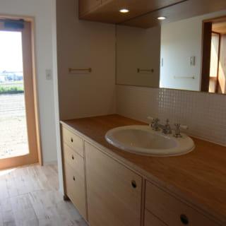 素材にはナラ材を使用し、北欧デンマークの家具と同じ作り方で、専門の家具屋さんが造作した洗面化粧台