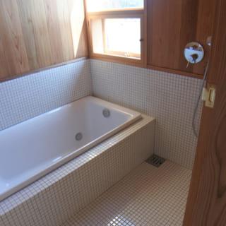 浴室は、腰板部分までをタイル貼りにして、その上の壁や天井は杉板貼りに