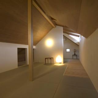 2階の床は、縁がなく目の細かい畳敷き。フローリングに比べると、人により近い温かみを感じさせる