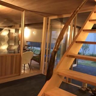 階段の手すりは、Y様自身が持ち込んだ素材。木の味わい深さが、新しい家のインテリアに馴染んでいる