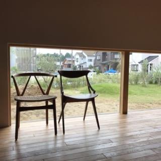 リビングの窓は室内により光を取り込めるよう、ガラス面を大きくした。ソファに座って庭の緑を望める絶好のポジション