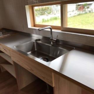 大きな天板のカウンターもY様が使ってほしいと持ち込んだもので、これを最大限に生かして、キッチンを造作