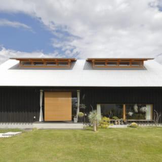 深い軒や越屋根を設けた大屋根が印象的で、平屋のように見える外観。伝統的な日本家屋のエッセンスとモダンを融合した