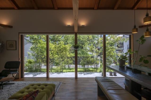ガラス窓を閉めた状態。木製サッシの建具を隠し框としたことで、ご覧のとおりすっきりとした印象に