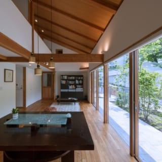 床のフローリングはインドネシア産のチーク。天井板はラワン材で仕上げている