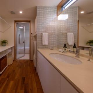 1階の風呂と洗面まわり。洗面スペースは約4畳と、広々とした空間に。風呂の反対側にトイレを配置