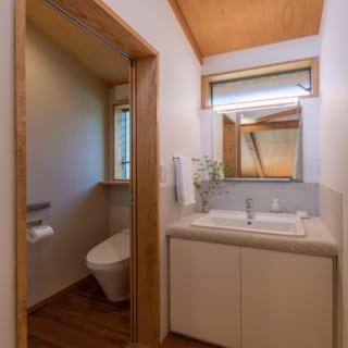 2階にもトイレと洗面を設けた。洗面のカウンターは5mm角のタイルを貼り、個性的なスタイルに