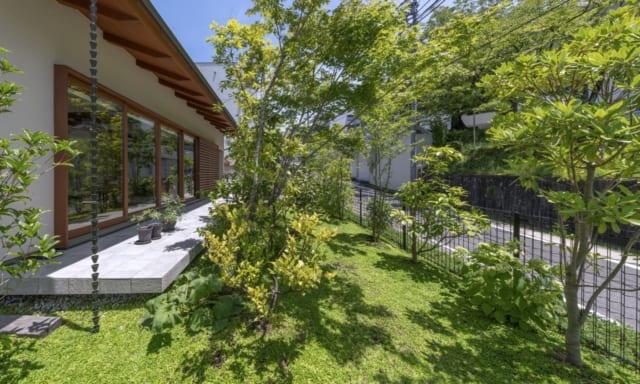 南側の道路から建物を約6mセットバック。庭に常緑樹や落葉樹をバランスよく配置し、季節ごとの変化も楽しめる