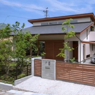 屋根はグレー(マイト瓦)のガルバリウム鋼板を横葺き。勾配を4寸とすることで、通りからも屋根が見えるようにした