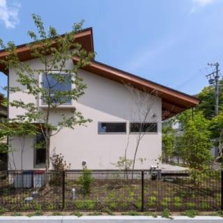 建物西側から。差し掛け屋根は南が4寸、北が3寸勾配だ。家事動線を考慮し、キッチンから直接庭へ出られるドアがある
