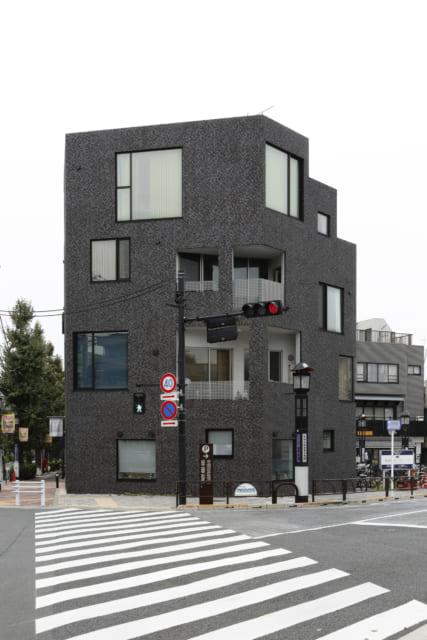 六角形のこの建物は見る方向によって違った様相を呈して面白い
