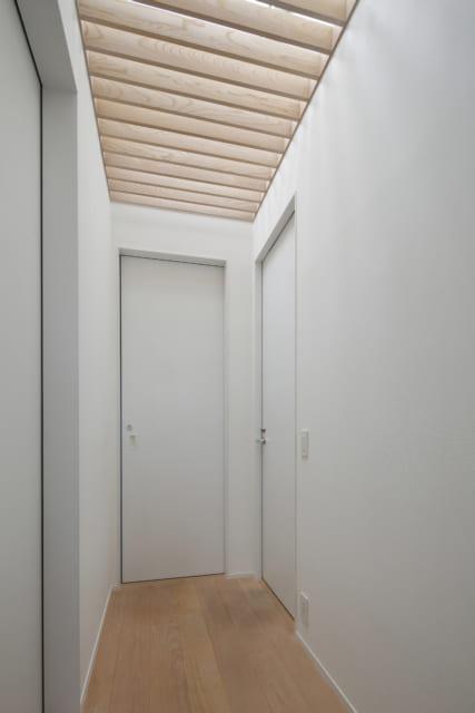 暗くなりがちな廊下の天井には、トップライトからの陽が差し込み明るい