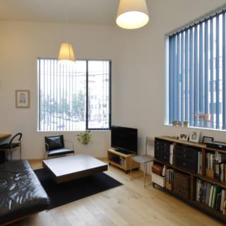 大きな窓と高い天井が空間の広がりを感じさせ、開放感のある部屋となっている