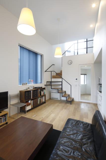メゾネットタイプの賃貸住戸。階段上の窓からの陽が差し込み、明るさと空間の広がりを感じさせる