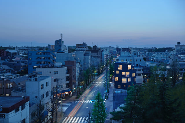 夜になり室内に明かりが灯ると、この建物が街を照らすランタンのような存在に