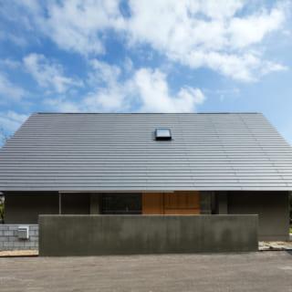 大屋根のため瓦では重くなりすぎるという耐震面を考慮して、屋根材には軽量なガルバリウムを採用。コストも抑えられた