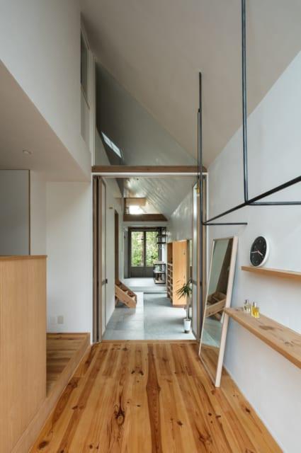 玄関横の「小間」は玄関ホールのようなイメージ。姿見や飾り棚を置いて、フリースペースとして利用できる空間