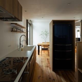キッチンスペースには、「料理をしながらお酒を嗜むのが好き」という奥様のために、座面を少し高くしたベンチも造作