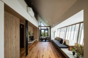 1階は光あふれる生活空間、2階は大屋根に守られた完全プライベート空間。 里山の環境にとけ込む、平屋のような2階建て。