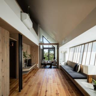 リビングなどの床材は、少し硬めのフレンチパインの無垢材を採用。温もりあふれる木の質感が、落ち着いた雰囲気を演出