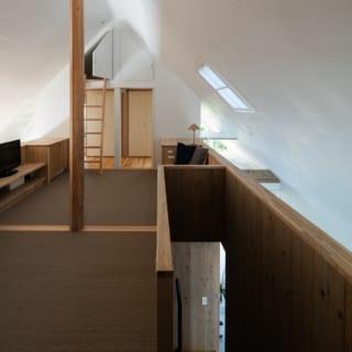 建物内の天井や壁はすべて漆喰塗り。天井の白い面を利用して1階から注ぎ込む外光を反射させることで、窓のない2階に光を届けている
